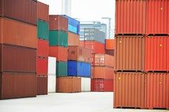 Κιβώτια εμπορευματοκιβωτίων φορτίου στο τερματικό αποβαθρών Στοκ εικόνα με δικαίωμα ελεύθερης χρήσης