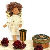 Κιβώτια κοσμήματος, τριαντάφυλλα, χρυσό κύπελλο και άγγελος σε ένα άσπρο υπόβαθρο στοκ φωτογραφίες