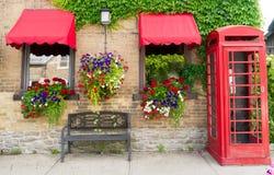 Κιβώτια λουλουδιών, κρεμώντας φυτά, τηλεφωνικός θάλαμος Στοκ Εικόνες
