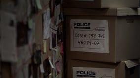 Κιβώτια με τα αποδεικτικά υλικά στο γραφείο αστυνομίας, διαδικασία έρευνας, περίπτωση στοκ εικόνες