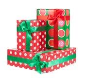 Κιβώτια με τα δώρα που δένονται με την κόκκινη κορδέλλα και τόξα που απομονώνονται Στοκ Φωτογραφίες