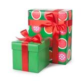 Κιβώτια με τα δώρα που δένονται με την κόκκινη κορδέλλα και τόξα που απομονώνονται στο λευκό Στοκ εικόνα με δικαίωμα ελεύθερης χρήσης