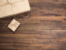 Κιβώτια στο έγγραφο τεχνών, έγγραφο eco για τον ξύλινο πίνακα Τοπ όψη Δέματα ή δώρα που δένονται με το σπάγγο Έγγραφο που τυλίγετ Στοκ εικόνα με δικαίωμα ελεύθερης χρήσης