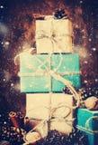 Κιβώτια Χριστουγέννων και φυσικά δώρα Τρύγος με το συρμένο χιόνι Στοκ Φωτογραφίες