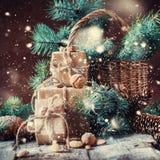Κιβώτια Χριστουγέννων, κωνοφόρος, κώνοι πεύκων, καρύδια Συρμένο χιόνι Στοκ εικόνα με δικαίωμα ελεύθερης χρήσης