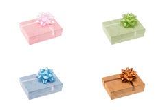 Κιβώτια δώρων καθορισμένα απομονωμένα πέρα από το λευκό Στοκ Φωτογραφίες