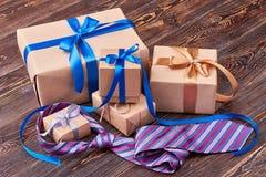 Κιβώτια δώρων και ριγωτός δεσμός Στοκ Εικόνα