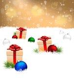 Κιβώτια δώρων με τις σφαίρες πεύκων και Χριστουγέννων στο χιόνι στο χρυσό απεικόνιση αποθεμάτων