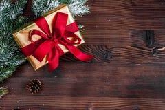 Κιβώτια δώρων με τους κλάδους έλατου στην ξύλινη τοπ άποψη υποβάθρου Στοκ εικόνα με δικαίωμα ελεύθερης χρήσης
