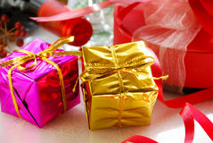 Κιβώτια δώρων με το κόκκινο κρασί Στοκ Φωτογραφίες