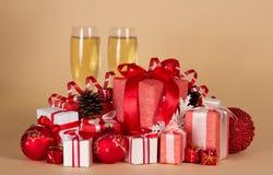 Κιβώτια δώρων, παιχνίδια Χριστουγέννων, κώνοι πεύκων Στοκ Εικόνες