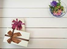 Κιβώτια δώρων που δένονται με τις κορδέλλες Στοκ Φωτογραφία