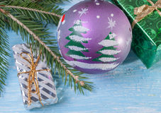 Κιβώτια δώρων σε μια κομψή σφαίρα κλάδων και Χριστουγέννων Στοκ φωτογραφία με δικαίωμα ελεύθερης χρήσης