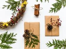 Κιβώτια δώρων στο έγγραφο τεχνών για το άσπρο υπόβαθρο Τα Χριστούγεννα ή άλλη έννοια διακοπών, τοπ άποψη, επίπεδη βάζουν Στοκ φωτογραφία με δικαίωμα ελεύθερης χρήσης