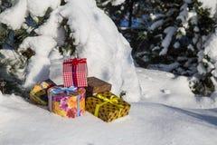 Κιβώτια δώρων στο χιόνι Στοκ φωτογραφίες με δικαίωμα ελεύθερης χρήσης