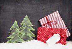 Κιβώτια δώρων Χριστουγέννων και συρμένο χέρι δέντρο έλατου Χριστουγέννων Στοκ Φωτογραφία
