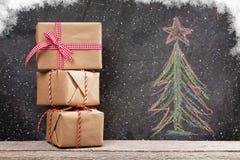 Κιβώτια δώρων Χριστουγέννων και συρμένο χέρι δέντρο έλατου Χριστουγέννων Στοκ φωτογραφίες με δικαίωμα ελεύθερης χρήσης