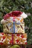 Κιβώτια δώρων Χριστουγέννων με τις διακοσμήσεις Στοκ φωτογραφία με δικαίωμα ελεύθερης χρήσης