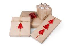 Κιβώτια δώρων Χριστουγέννων στο έγγραφο τεχνών που απομονώνεται στο λευκό Στοκ Εικόνες
