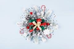 Κιβώτιο ή παρόν δώρων Χριστουγέννων με τη τοπ άποψη διακοσμήσεων διακοπών στοκ εικόνες