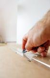 Κιβώτιο ανοίγματος ατόμων με το μαχαίρι Στοκ Εικόνες