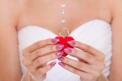 Κιβώτιο δαχτυλιδιών αρραβώνων στα χέρια νυφών γυναικών Στοκ Εικόνες