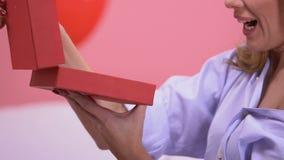 Κιβώτιο δώρων ανοίγματος γυναικών με το κόσμημα, αναμενόμενο για καιρό παρόν για την ημέρα βαλεντίνων απόθεμα βίντεο