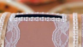 Κιβώτιο δώρων για τα newlyweds closeup απόθεμα βίντεο