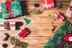 Κιβώτιο δώρων διακοπών Χριστουγέννων στο διακοσμημένο εορταστικό πίνακα με τους κώνους πεύκων στο ξύλινο υπόβαθρο Στοκ Φωτογραφίες