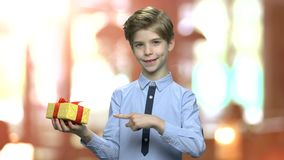 Κιβώτιο δώρων εκμετάλλευσης αγοριών στο θολωμένο υπόβαθρο απόθεμα βίντεο