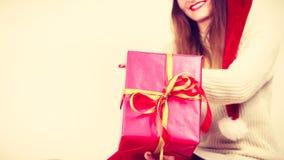 Κιβώτιο δώρων εκμετάλλευσης γυναικών στενός κόκκινος χρόνος Χριστουγέννων ανασκόπησης επάνω Στοκ φωτογραφία με δικαίωμα ελεύθερης χρήσης