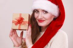 Κιβώτιο δώρων εκμετάλλευσης γυναικών στενός κόκκινος χρόνος Χριστουγέννων ανασκόπησης επάνω Στοκ φωτογραφίες με δικαίωμα ελεύθερης χρήσης