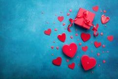 Κιβώτιο δώρων και κόκκινες καρδιές για το υπόβαθρο ημέρας βαλεντίνων Τοπ όψη Επίπεδος βάλτε στοκ εικόνες