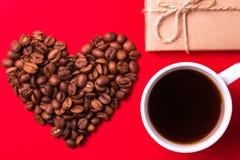 Κιβώτιο δώρων, καρδιά φασολιών καφέ και espresso βαλεντίνος ημέρας s Στοκ φωτογραφία με δικαίωμα ελεύθερης χρήσης