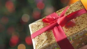 Κιβώτιο δώρων με μια κόκκινη κινηματογράφηση σε πρώτο πλάνο κορδελλών απόθεμα βίντεο