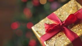 Κιβώτιο δώρων με μια κόκκινη κινηματογράφηση σε πρώτο πλάνο κορδελλών φιλμ μικρού μήκους