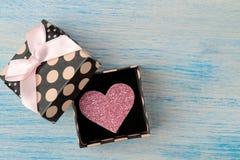 Κιβώτιο δώρων με ρόδινο στενό έναν επάνω καρδιών σε ένα μπλε ξύλινο υπόβαθρο βαλεντίνος ημέρας s στοκ εικόνες με δικαίωμα ελεύθερης χρήσης