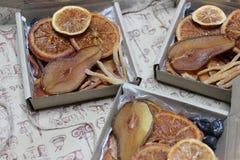 Κιβώτιο δώρων με τα γλασαρισμένα φρούτα στοκ εικόνες με δικαίωμα ελεύθερης χρήσης