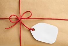 Κιβώτιο δώρων με την κενή ετικέττα δώρων Στοκ εικόνα με δικαίωμα ελεύθερης χρήσης