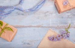 Κιβώτιο δώρων με την κόκκινες καρδιά και την κορδέλλα, μπλε δεσμός και κάρτα ημέρας πατέρων ` s Ριγωτός δεσμός κοντά στο παρόν κι Στοκ φωτογραφία με δικαίωμα ελεύθερης χρήσης