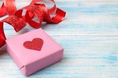Κιβώτιο δώρων με την κόκκινη κορδέλλα στο ανοικτό μπλε ξύλινο υπόβαθρο βαλεντίνος ημέρας s τοποθετήστε το κείμενο στοκ φωτογραφίες με δικαίωμα ελεύθερης χρήσης