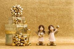 Κιβώτιο δώρων με τη μικρή διακόσμηση διακοπών αγγέλων κορδελλών Στοκ εικόνες με δικαίωμα ελεύθερης χρήσης