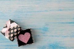 Κιβώτιο δώρων με τη ρόδινη καρδιά σε ένα μπλε ξύλινο υπόβαθρο βαλεντίνος ημέρας s επάνω από την όψη Διάστημα για το κείμενο στοκ εικόνα με δικαίωμα ελεύθερης χρήσης