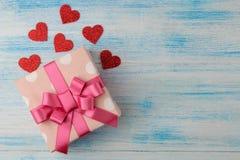 Κιβώτιο δώρων με τις καρδιές σε ένα μπλε ξύλινο υπόβαθρο βαλεντίνος ημέρας s τοποθετήστε το κείμενο επάνω από την όψη στοκ εικόνες με δικαίωμα ελεύθερης χρήσης
