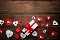 Κιβώτιο δώρων με τις καρδιές στοκ εικόνες