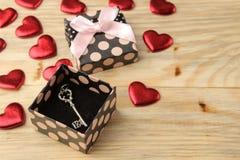 Κιβώτιο δώρων με το κλειδί σε ένα φυσικό ξύλινο υπόβαθρο βαλεντίνος ημέρας s στοκ φωτογραφία με δικαίωμα ελεύθερης χρήσης