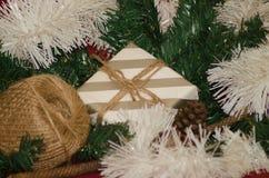 Κιβώτιο δώρων που περιβάλλεται με το νέες έτος διακοσμήσεων Χριστουγέννων και την έννοια Χριστουγέννων στοκ εικόνες