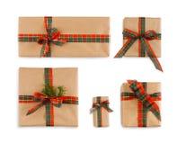 Κιβώτιο δώρων που τυλίγεται στο έγγραφο τεχνών και τη φωτεινή κορδέλλα Στοκ εικόνα με δικαίωμα ελεύθερης χρήσης
