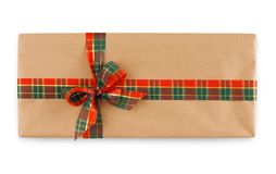 Κιβώτιο δώρων που τυλίγεται στο έγγραφο τεχνών και τη φωτεινή κορδέλλα Στοκ Εικόνα