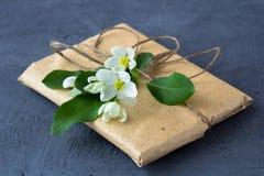 Κιβώτιο δώρων που τυλίγεται στο καφετί έγγραφο στοκ φωτογραφία